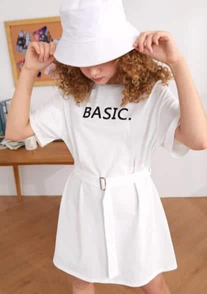 Las 10 prendas más elegantes para niñas adolescentes es el vestido gráfico de letras con hombros caídos y cinturón con hebilla para niñas adolescentes, que ayuda a las adolescentes a encontrar su sentido de la moda.