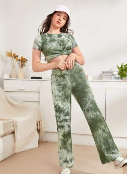Tie Dye Cross Wrap Crop Top & Pants Set es un vestido de tendencia para niñas en 2021, ¿Cómo vistes un estilo indie ?, ¿Qué es la estética de una chica indie ?, ¿Cómo actúan las chicas indie ?, ¿Qué zapatos usan las personas indie?