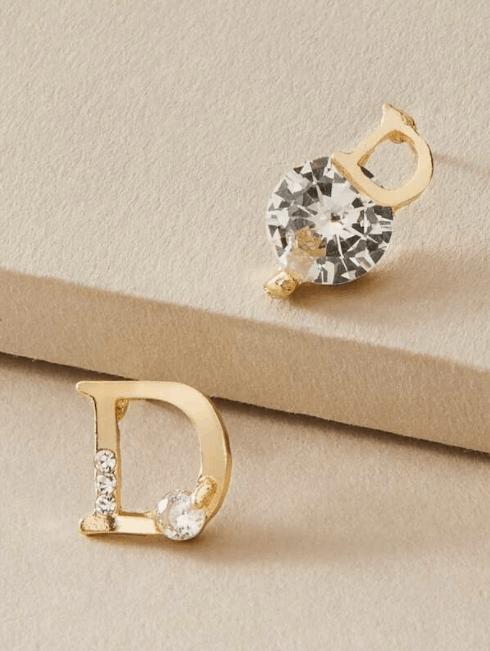 1 par de pendientes de diamantes de imitación decorativos con letras es la mejor joyería de diseñador de Shein, aretes de diseñador de imitación asequibles a precios económicos, ¿las joyas de Shein son falsas? ¿Por qué las joyas de Shein son tan baratas?